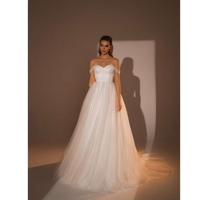 Jednoduché princeznovské svadobné šaty bez čipky s padnutými ramienkami. Korzet na šnurovačku.