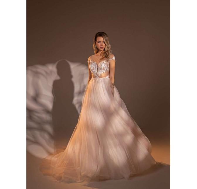 Svadobné šaty s odhaleným bruškom.
